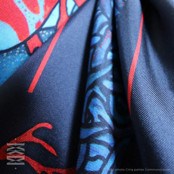zoom2 detail carré foulard soie roulotté made in France maison fétiche Poisons perroquet