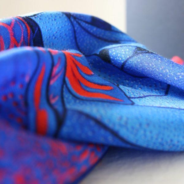 foulard carré laine soie finition roulotté Maison Fétiche la Danse Electra poisson perroquet corail orange fuchsia bleu électrique 120 x 120