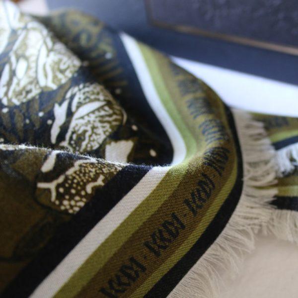 foulard carré laine soie finition frangée roulottée Maison Fétiche la Danse poisson perroquet corail kaki 120 x 120