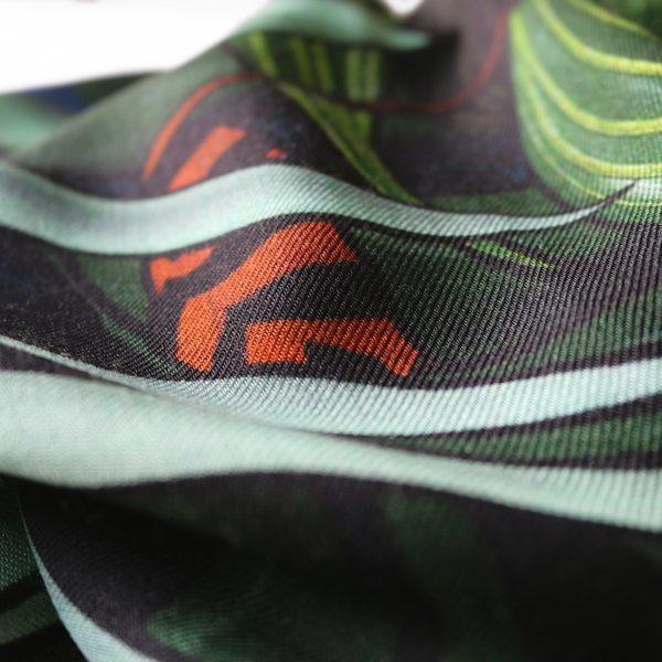 foulard carré laine soie finition roulotté blanc Maison Fétiche Profondeur foret vierge tropicale vert kaki 120 x 120